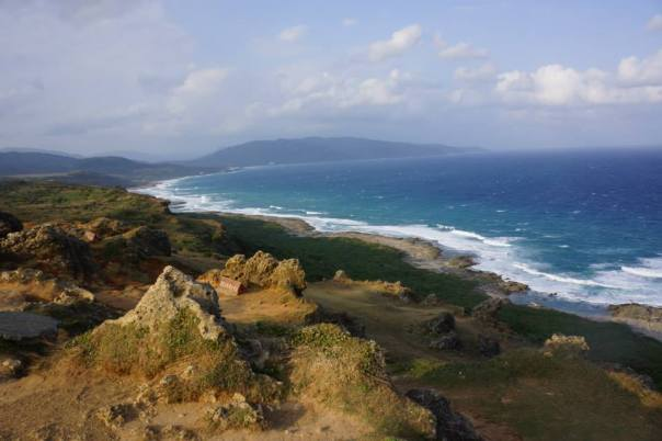 A view of the blue sea from Kenting's shore.