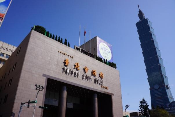 Taipei City Hall is right next to the neck-bending Taipei 101.