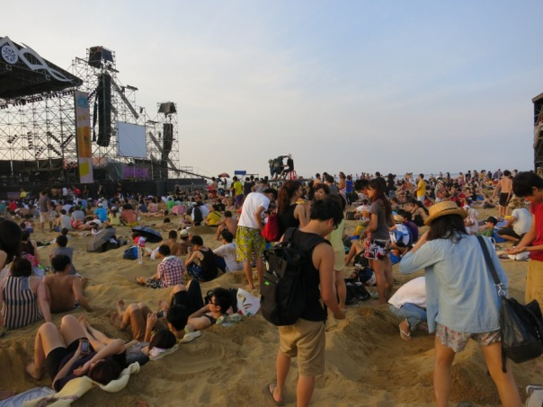 People settle in for the Hohaiyan Rock Festival 貢寮國際海洋音樂祭.