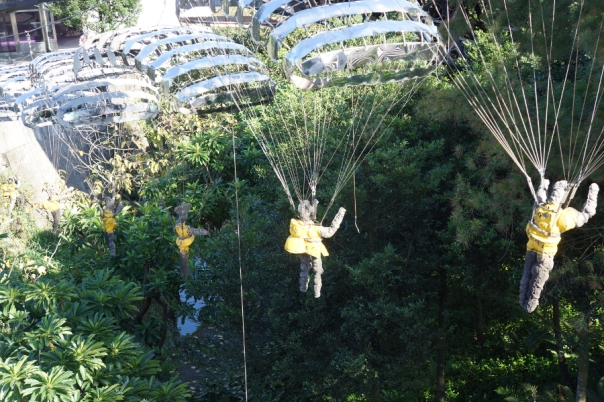 Sculptures parachute in.