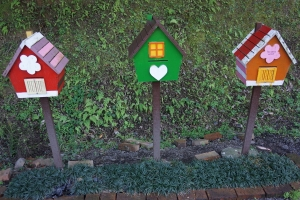 These bird houses remind me of the ones at Lavender Cottage in Taichung.